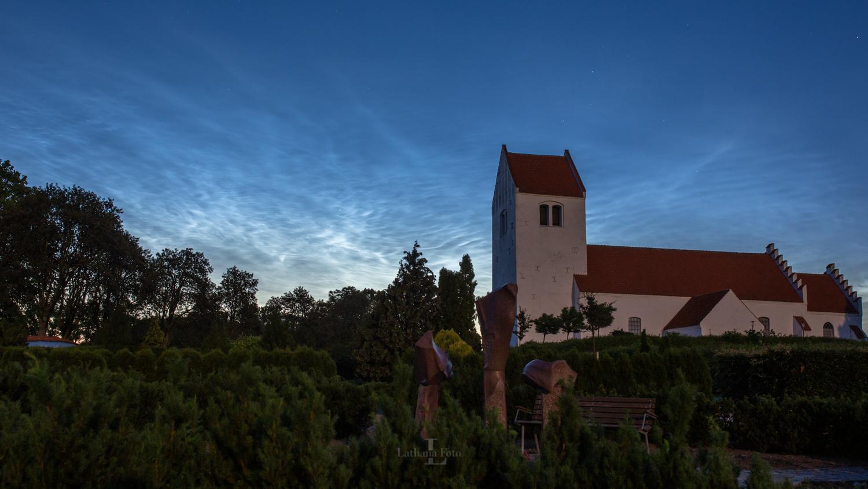 180619 Lysende natskyer over Asnæs kirke