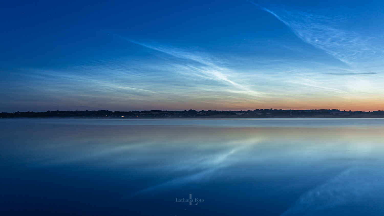 180719 Lysende natskyer spejler sig ved Audebo DæmningenNLC-Audebo-180719-5072-2