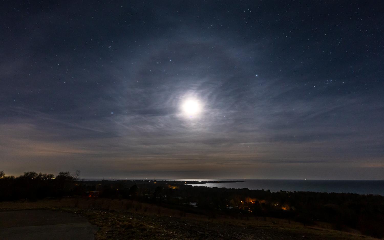 Månehalo over Ordrup Næs 220321