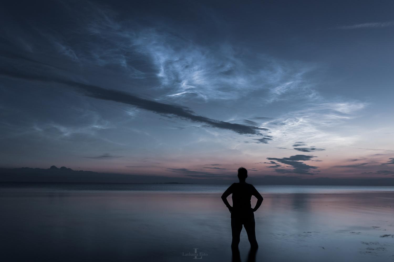 Mig i vandet under lysende natskyer 040721 15 Fotocredit Lone Brodersen