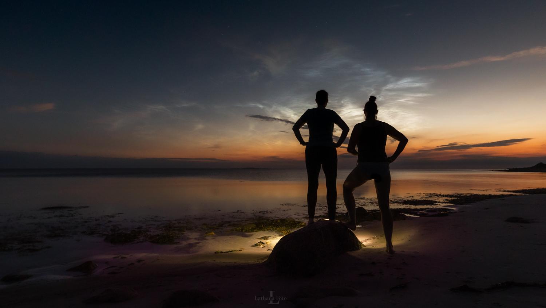 Lone Brodersen og jeg under lysende natskyer 040721 16a